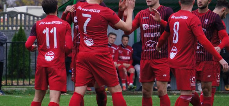 Koniec piłkarskiej jesieni: Korona Załęże liderem!