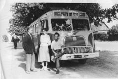 Autobus pierwszej miejskiej linii na końcowym przystanku na Pobitnym, lata '50 XX w